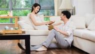 """8 cách im lặng thể hiện chồng bạn đang nói """"anh yêu em"""""""
