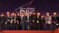 Clip: Fan chết ngất khi 13 mỹ nam Seventeen học nói tiếng Việt ngay trên thảm đỏ MAMA Vietnam 2017