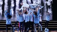 Sơn Tùng M-TP miệt mài tập dợt cho đêm Bán kết Hoa hậu Hoàn vũ 2017