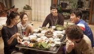 7 lợi ích bất ngờ nếu bạn ngồi khoanh chân khi ăn cơm