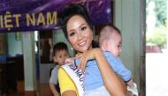 Hoa hậu H'Hen Niê và các người đẹp Hoa hậu Hoàn vũ Việt Nam đi từ thiện sau đăng quang