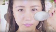Chỉ với một chiếc muỗng sứ, bạn cũng có thể thu gọn ngay 2mm khuôn mặt nhờ massage