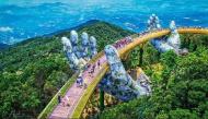 """Giới trẻ """"sốt xình xịch"""" với cây cầu có bàn tay khổng lồ mới toanh ở Đà Nẵng"""