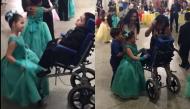 Không phải ai khác, cô bé này đã chọn cậu em trai khuyết tật làm bạn nhảy của mình