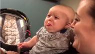 """Chứng kiến """"cảnh hôn"""" của bố mẹ, phản ứng của em bé khiến ai cũng phải phì cười"""