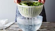 """Đây là thứ nước """"thần"""" giúp rau """"hồi sinh"""", dù héo rũ rượi cũng trở nên tươi như mới hái"""