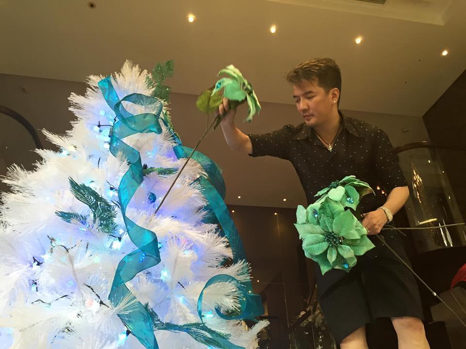 Đàm Vĩnh Hưng mở cửa tư gia cho khán giả tham quan và chụp hình Noel