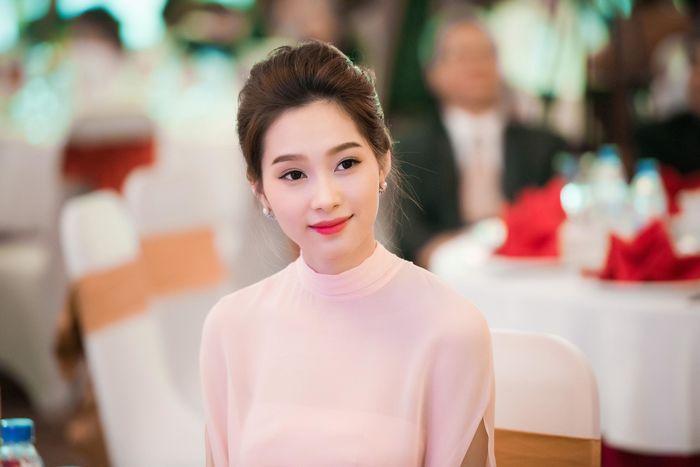 Các cô nàng hoa hậu Việt Nam chọn phương án nào để khoe vòng 1 gợi cảm