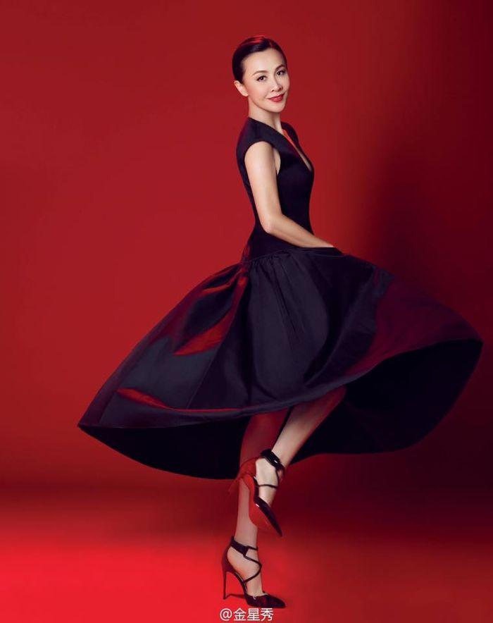 """Lưu Gia Linh được so sánh với nữ huấn luyện viên Na Anh của """"The Voice Trung Quốc"""" bởi vẻ đẹp sang trọng cùng khí chất thanh tú."""