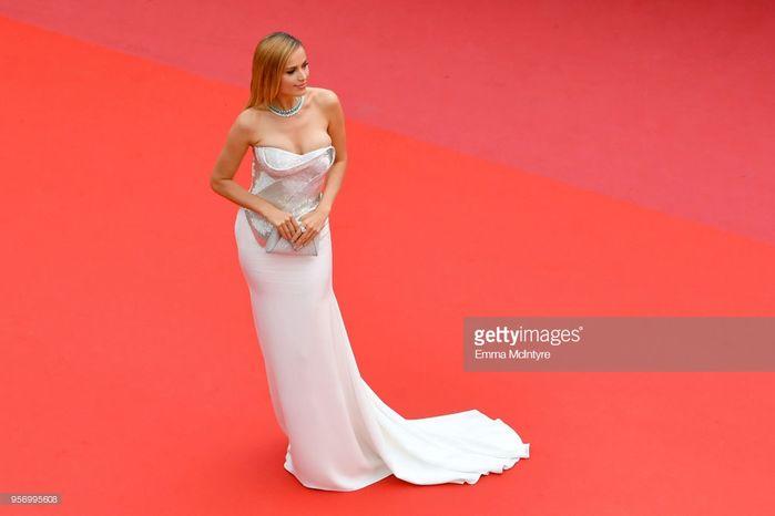 LHP Cannes: Cô bé đẹp nhất thế giới khoe sắc giữa dàn mỹ nhân hở bạo