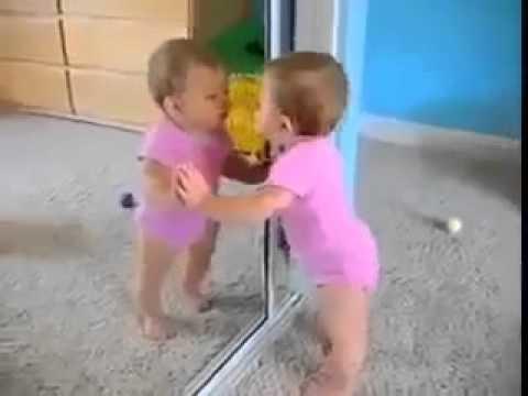 Khoảnh khắc ngộ nghĩnh của em bé khi lần đầu soi gương