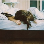 Nằm dài trên giường