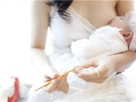Bộ ảnh đẹp đến ngỡ ngàng của mẹ Việt khi cho con bú