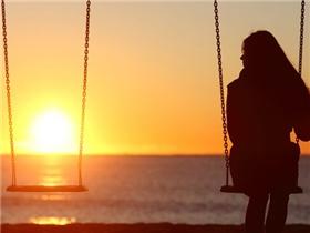 Nỗi đau nào bằng khi ta dưới một bầu trời mà không thể chạm đến nhau?