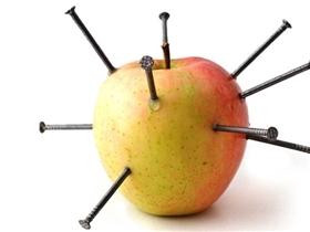 Kết quả bất ngờ khi cô gái đâm 12 cây đinh vào quả táo trước khi ăn