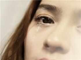 Vì sao nước mắt tuy mặn nhưng không làm cay mắt như nước biển?