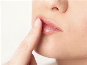 Lấy lại vẻ căng mọng cho đôi môi chỉ bằng những cách cực kì đơn giản