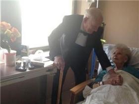 Ông cụ kỉ niệm 57 năm ngày cưới cùng vợ tại bệnh viện gây xúc động