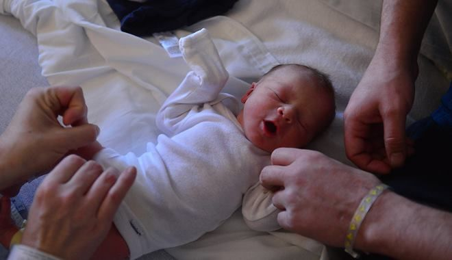 Vì sao em bé thường ra đời vào buổi tối và buổi sáng sớm?