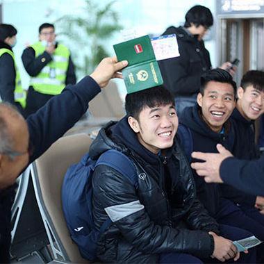 Có thể rơi nước mắt trên sân cỏ, nhưng các cầu thủ U23 Việt Nam vẫn tươi cười khi về nước