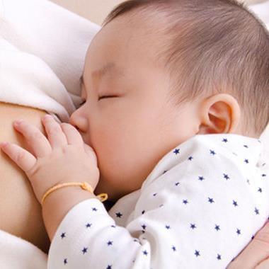 Vạch trần những lời đồn thổi vô căn cứ khi nuôi con bằng sữa mẹ thumbnail