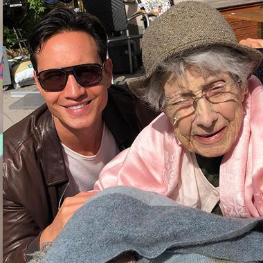 Ảnh hot sao Việt: Kim Lý selfie bên bà 100 tuổi, Phan Hiển khoe ảnh con gái thumbnail