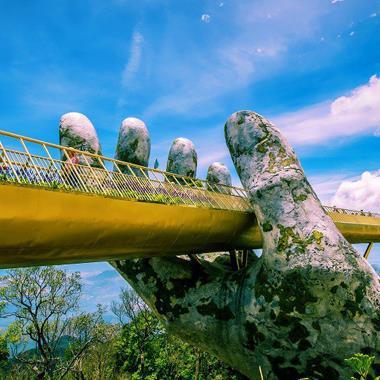 """Cầu Vàng Đà Nẵng nhận """"mưa lời khen"""" khi xuất hiện trên Instagram nghệ thuật nổi tiếng thế giới thumbnail"""