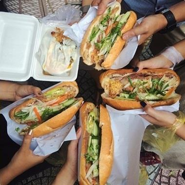 """Người Sài Gòn xếp hàng dài chờ mua ổ bánh mì siêu ngon, """"ăn một lần là ghiền"""" thumbnail"""