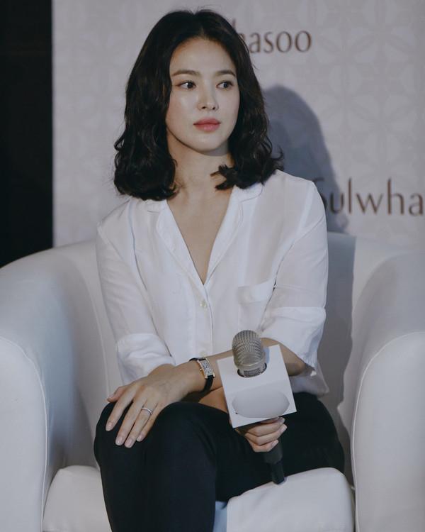Mặc kệ tin đồn ly hôn, Song Hye Kyo vẫn xinh đẹp tỏa sáng tại sự