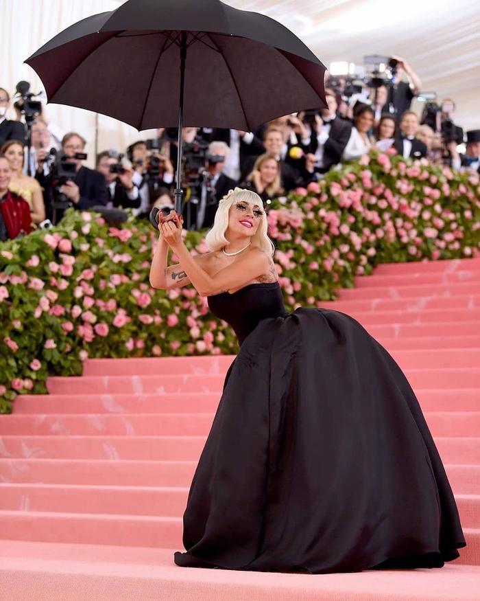 Chiếm thảm đỏ Met Gala 2019 15 phút Lady Gaga 3 lần lột váy