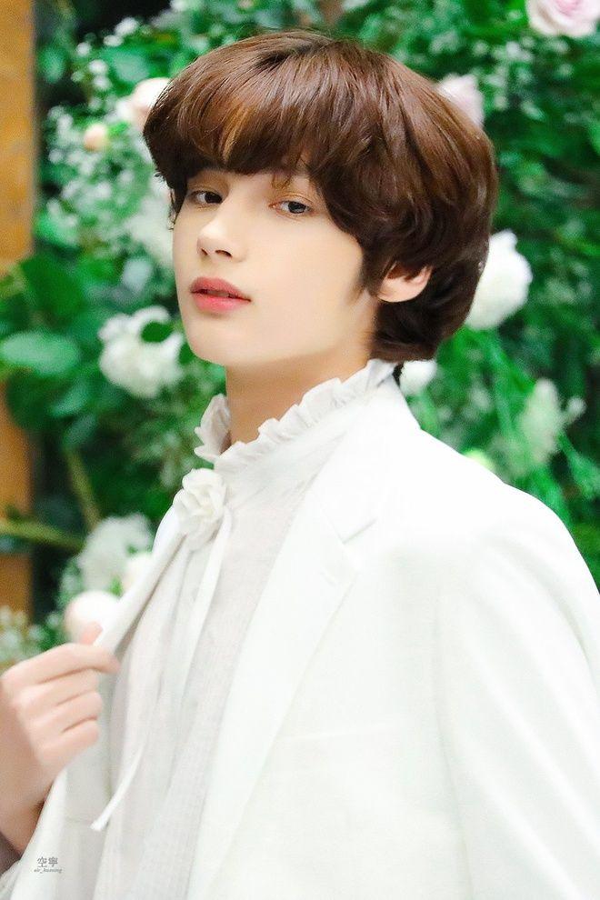 """Huening Kai - chàng """"Hoàng tử lai"""" mới của Kpop đang được săn đón nhất"""