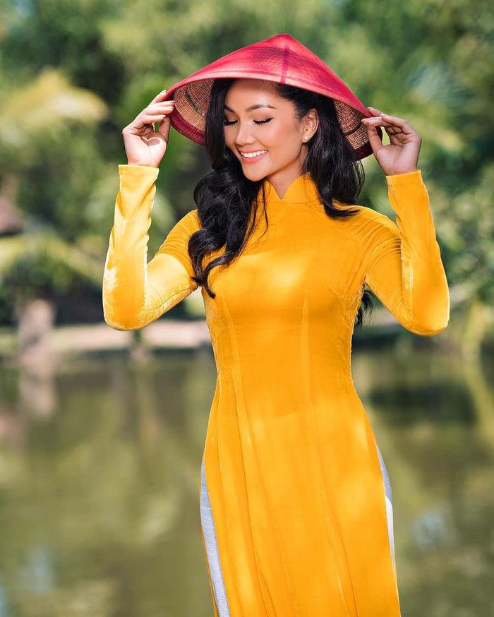 Mỹ Tâm gói bánh tét, H'Hen Niê mặc áo dài vàng rực sắc Tết