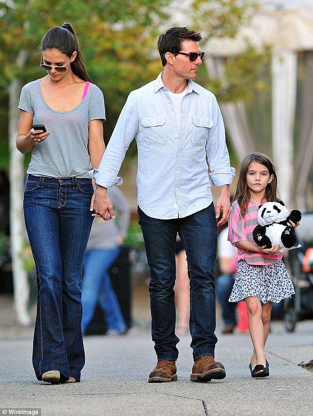 Con gái Tom Cruise giờ đã trưởng thành, càng lớn càng giống mẹ y khuôn