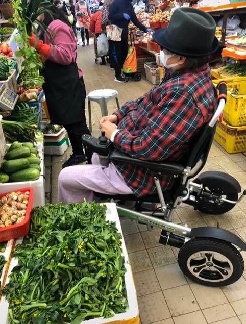 Dân mạng bất ngờ khi Hồng Kim Bảo ngồi xe lăn mua rau cho vợ
