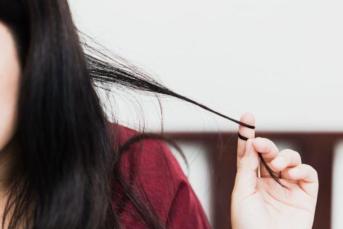 TS Minh Phương: Việc nhổ tóc xoăn, ngứa chỉ khiến tóc xấu và yếu đi