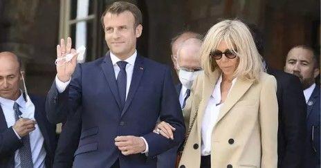 Tinh tế như Tổng thống Pháp: Nắm chặt tay, dìu vợ xuống bậc thang