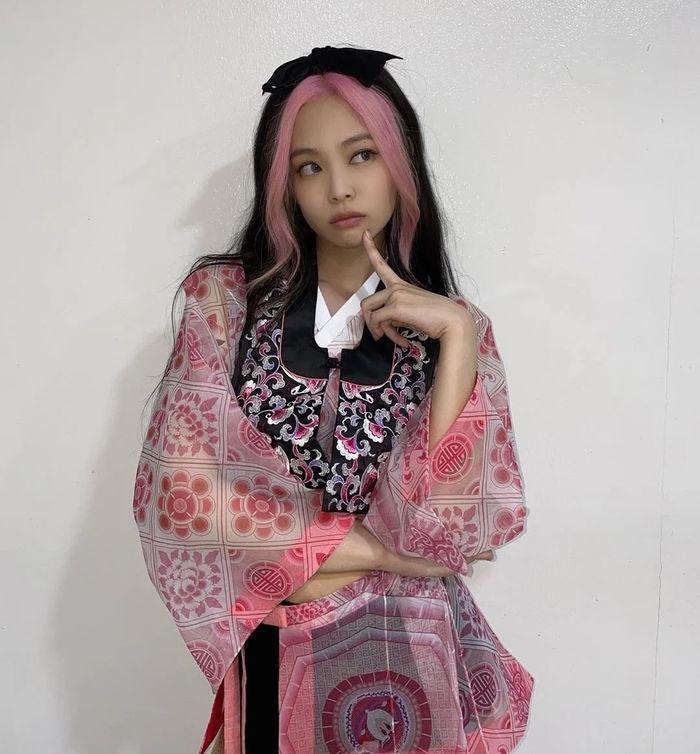 Idol Hàn nhuộm tóc đen-hồng: Jennie đẹp tựa nữ thần, Irene xuống sắc
