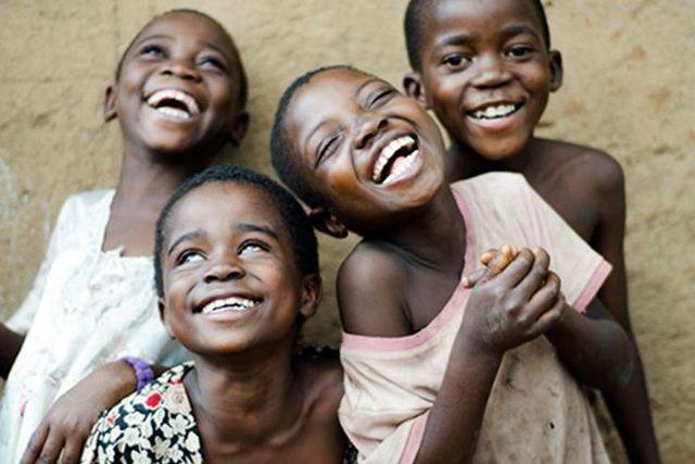 Bệnh lạ: Cười lớn, cười ngặt nghẽo đến nỗi mệt xỉu và còn lây lan rộng