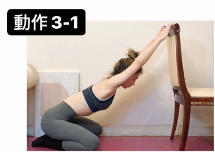 Huấn luyện viên chỉ cách tập với ghế giúp lưng thẳng dáng thon