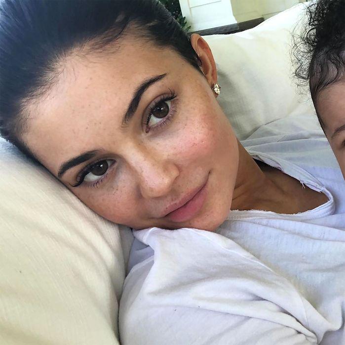 Soi mặt mộc của chị em nhà Kardashian:Kylie Jenner trông xa lạ