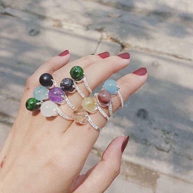 Cách đeo nhẫn phong thủy để tăng tài vận cho nàng: Mệnh Hỏa ngón trỏ