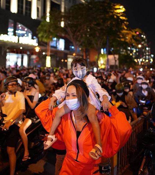 Style sao Việt đón 2021: Ngọc Trinh nổi loạn với trang phục cái bang