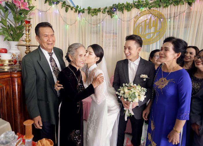 Vợ Phan Mạnh Quỳnh xinh đẹp như nàng thơ trong lễ cưới ở Nha Trang