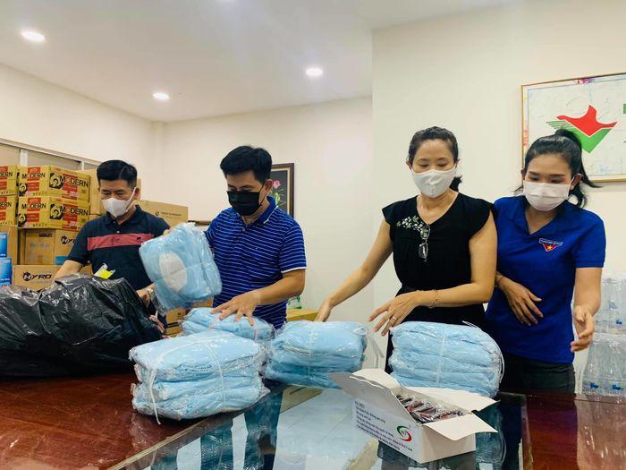 MC Quỳnh Hoa cầu cứu khi lực lượng tình nguyện viên thiếu nước uống
