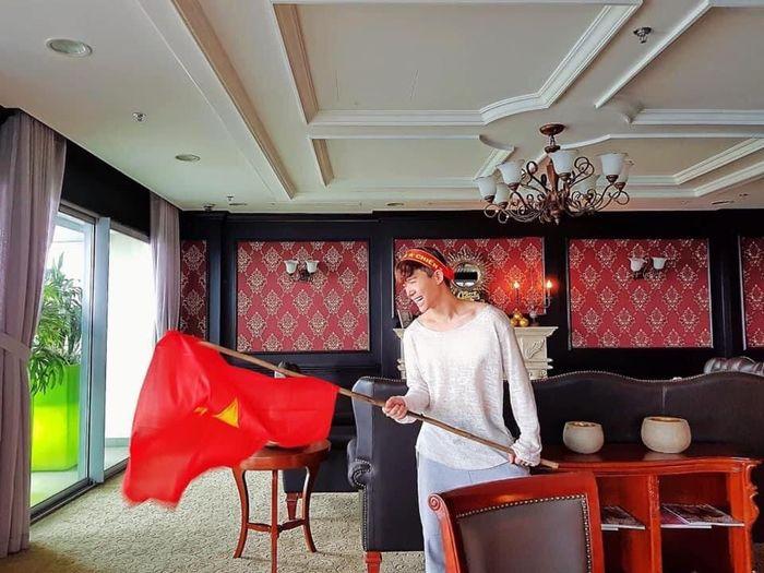 Nghệ sĩ vỡ oà trước chiến thắng 4-0 của tuyển Việt Nam