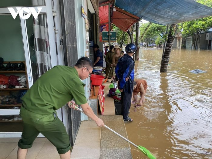 Lào Cai sau cơn mưa: Vùng núi cũng biến thành sông, nhấn chìm ôtô