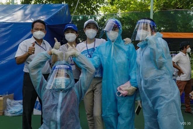 Cảm động hình ảnh TNV đội mưa ngồi ở điểm trực tiêm vắc xin