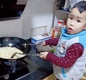 Con trai 3 tuổi đã biết chiên cơm, chiên trứng: Chưa gì mẹ đã được nhờ