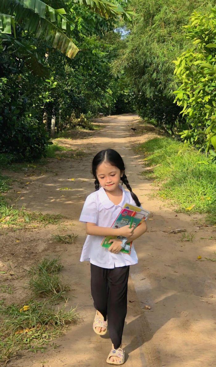 Bé gái xinh như thiền thần cắp sách tới trường: Ai nhìn cũng ngẩn ngơ